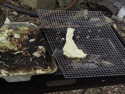 焼きそばと平行してナンも焼いています。